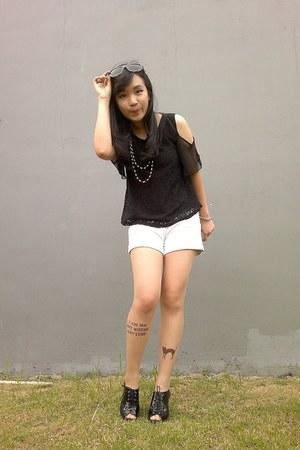 black shirt - black plastic necklace - brown resin glasses