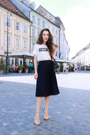 white statement H&M t-shirt - light pink stuart weitzman sandals