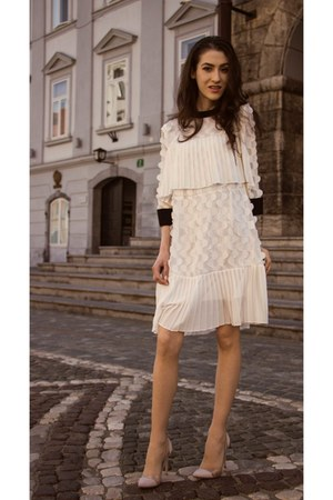 white pleated storets dress - white single breasted Balmain blazer