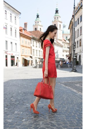 red tote studded Michael Kors bag - red suede Guess pumps