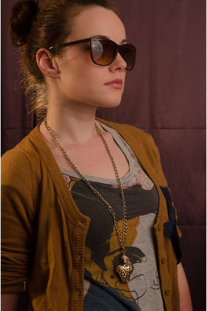 gold New Yorker necklace - crimson Accessorize sunglasses - kenvelo t-shirt