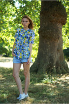 Romwecom blouse - Levis shorts - Converse flats
