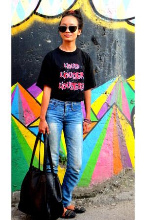washed out denim jeans - bag - purple bracelet - Silence Festival t-shirt
