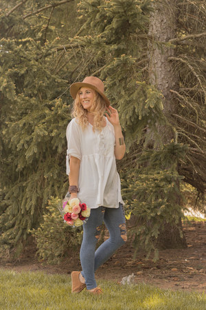 white swing dresslily top - moccasins bearpaw shoes - tan Rosegal hat