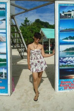 off white floral print Sadies Collection dress - dark brown sunglasses