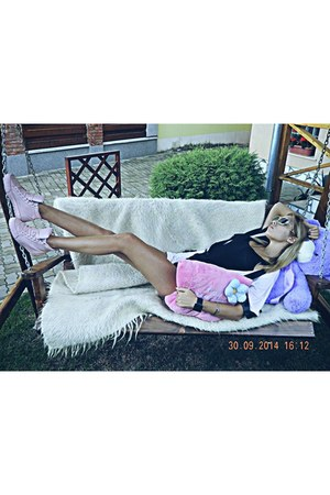 bubble gum Bershka shoes - beige sunglasses