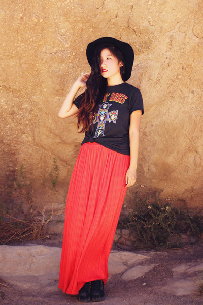 dark gray guns n roses vintage t-shirt - coral maxi skirt Native Runaway skirt
