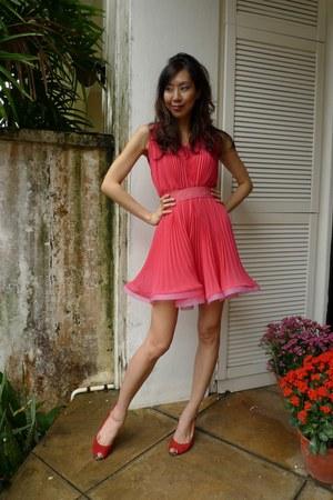 hot pink pleated No label dress - red Beverly Feldman heels