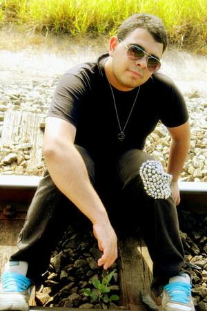 black vintage t-shirt - DIY jeans - tawny no name sunglasses - nike sneakers