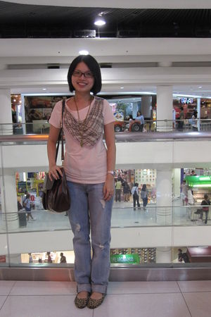 beige no brand blouse - blue Levis jeans - brown no brand bag - gold Forever 21
