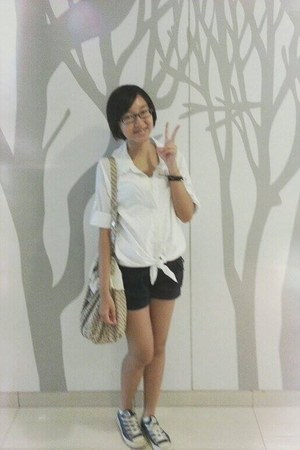 white top - beige bag - navy shorts - navy Converse sneakers