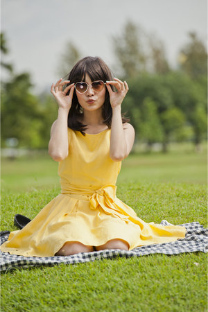yellow 1double9 dress - nude hm glasses