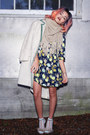 Navy-floral-missguided-dress-beige-faux-fur-la-moda-heels