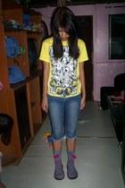 navy DIY jeans - heather gray socks - yellow t-shirt