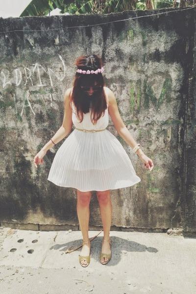 gold Prima Donna sandals - white vintage dress