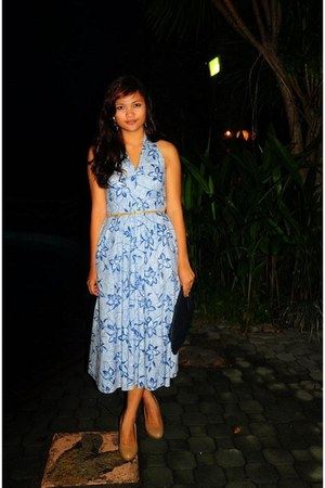 hawaian printed dress - bag - gold danggling earrings - gold thin belt
