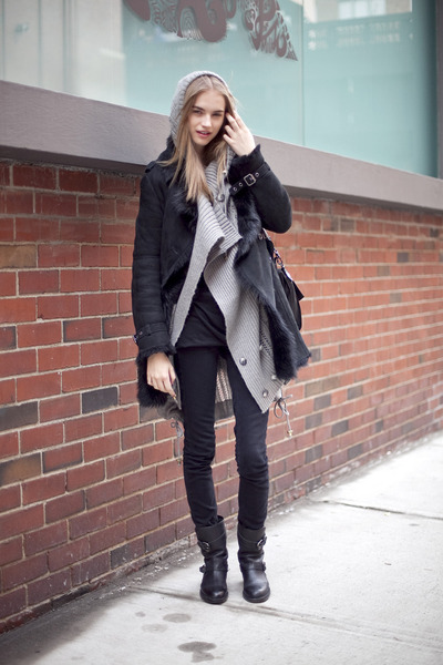 Gray-sweater-black-jacket-black-boots