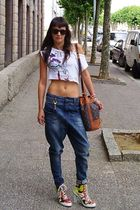 white Colcci top - blue eighth sin jeans - DKNY shoes