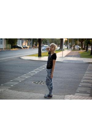 black vintage t-shirt - gray amalia jeans chilean shop jeans - gray nike shoes