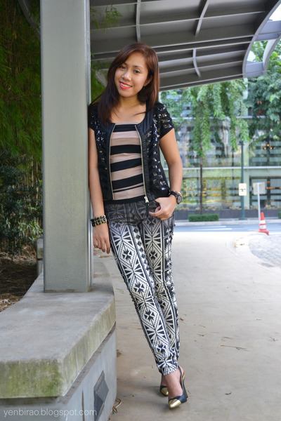 tan cotton on top - black printed Forever 21 pants