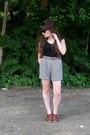 Black-old-navy-shirt-beige-high-waisted-vintage-shorts