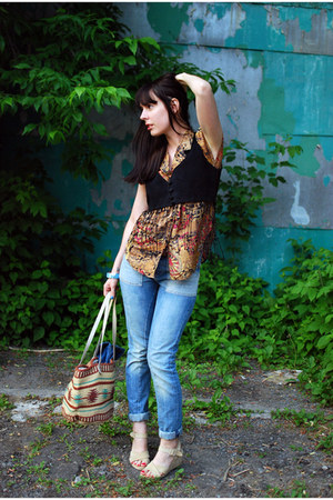 beige vintage bag - light blue Levis jeans - tan vintage blouse