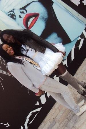 white leather TK Maxx shoes - grey stonewash skinnies jeans - 80s Vuntage blouse