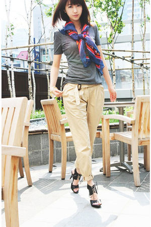 gray t-shirt - beige pants - blue accessories - accessories