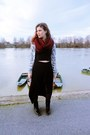 Black-dr-martens-boots-crimson-new-yorker-scarf-black-bershka-skirt