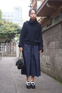 Navy-loose-ribbed-toga-pulla-sweater-black-quilted-chain-beaure-bag