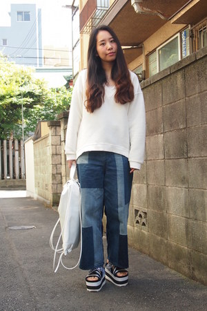 white sporty knapsack EMODA bag - navy GVGV jeans - black GVGV sandals