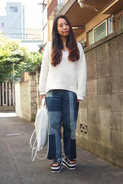 white sporty knapsack EMODA bag - navy GVGV jeans - black GVGV sandals