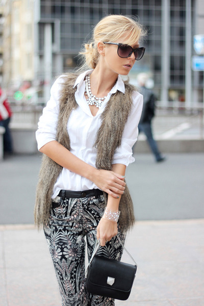 White-shirt-black-bag-black-pants-light-brown-vest-white-necklace_400