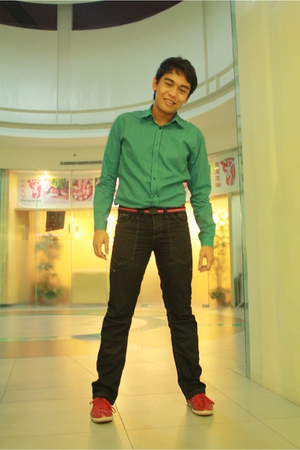 blue H&M top - red CELIO belt - black Cool Cat pants - red Zara shoes