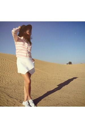 white shoes - white cotton on shorts - bubble gum Stradivarius blouse